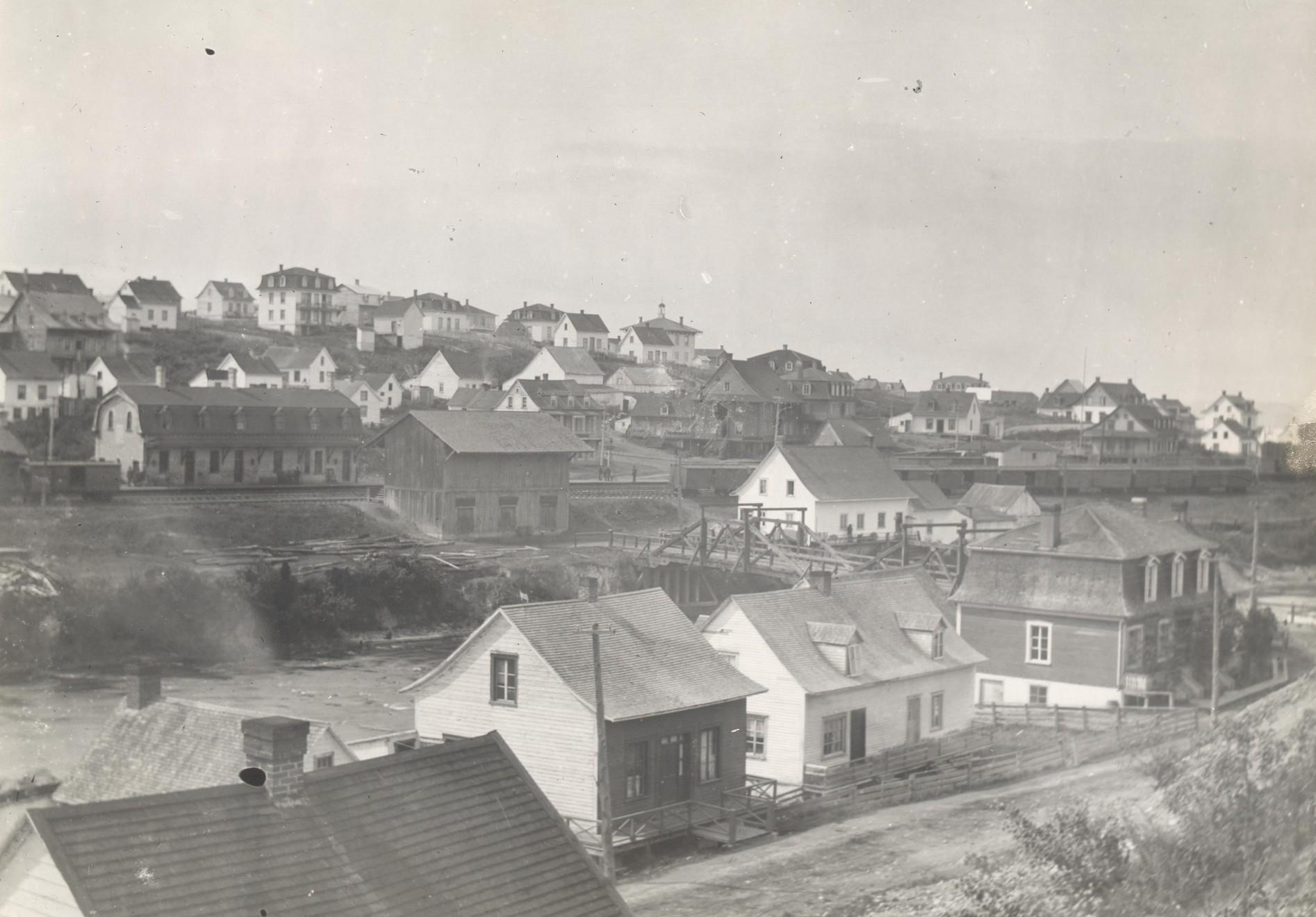 Secteur de la gare de l'Intercolonial en 1883 vue de la paroisse Saint-Ludger aujourd'hui. Archives de la société d'histoire et de généalogie de Rivière-du-Loup.
